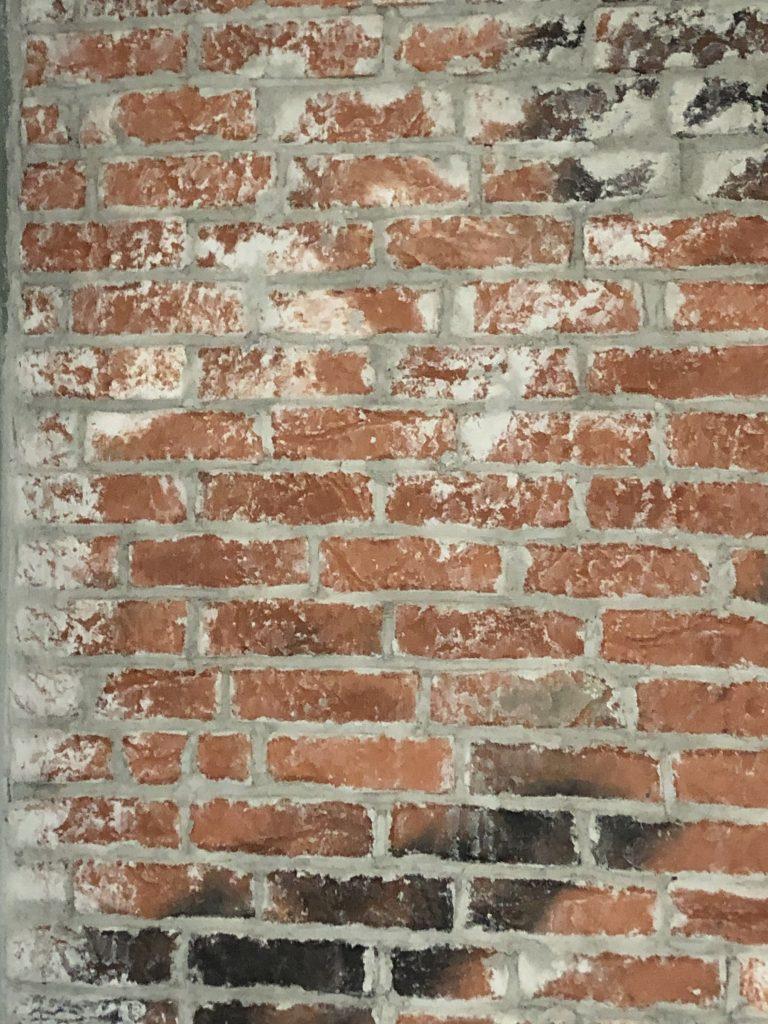 bakstenen muurstrips op muur maken