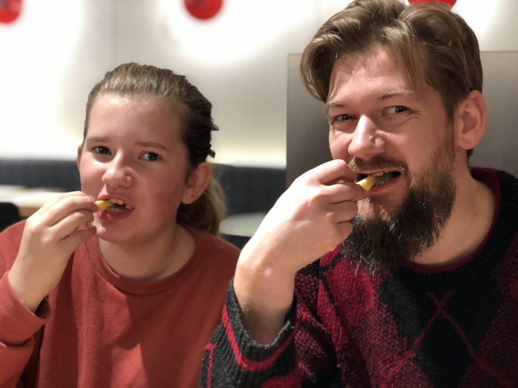 Jan Willem en Beaudine eten bij de McDonald's