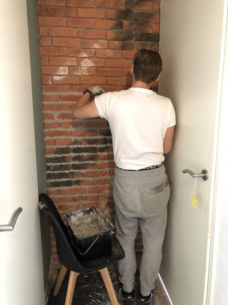 met steenstrips een bakstenen muur maken