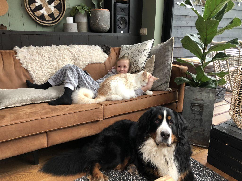 Thuis bij Familie BinnensteBuiten: Amaranthe ligt te luieren met de huisdieren