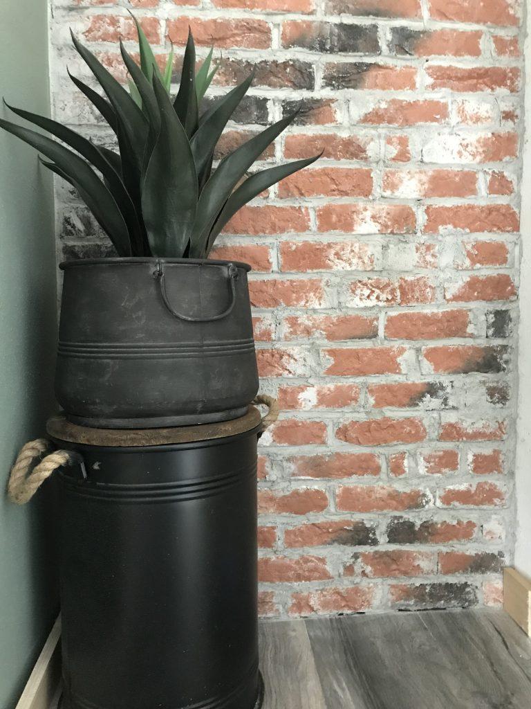 Met een stoere ton en plant maak je het extra stoer