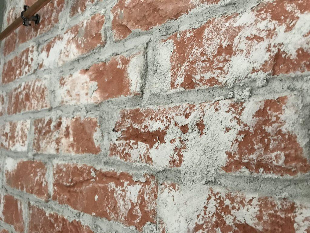 closeup van de muur met het voegsel over de steenstrips