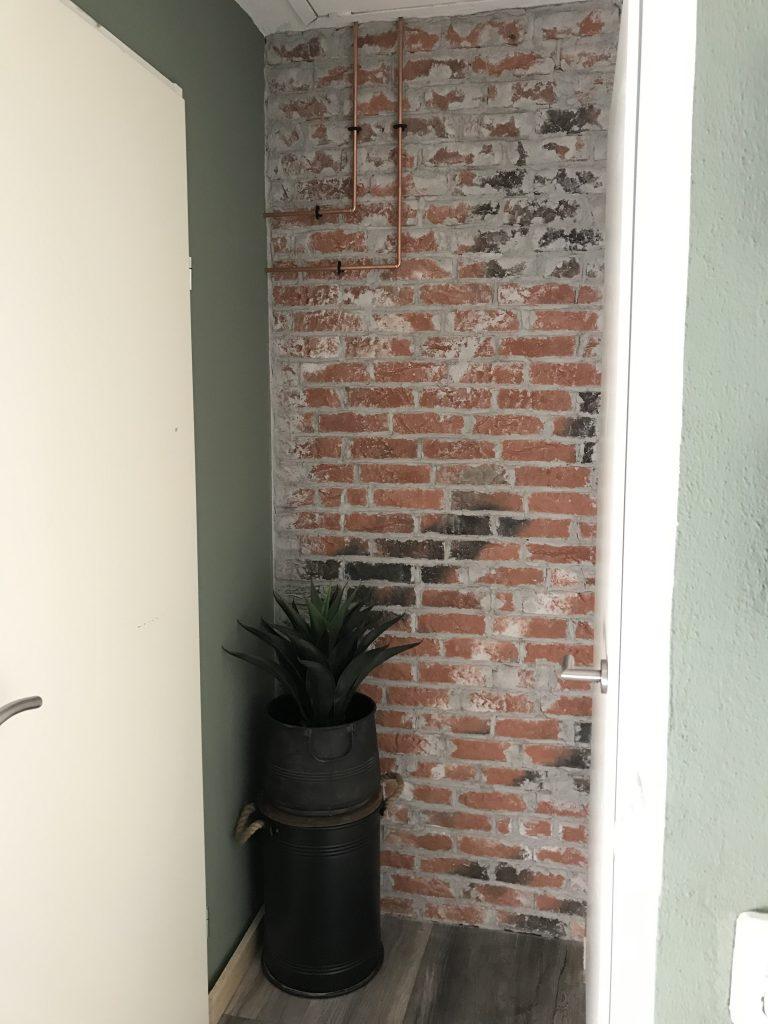 Zo is de muur geworden met plant en ton