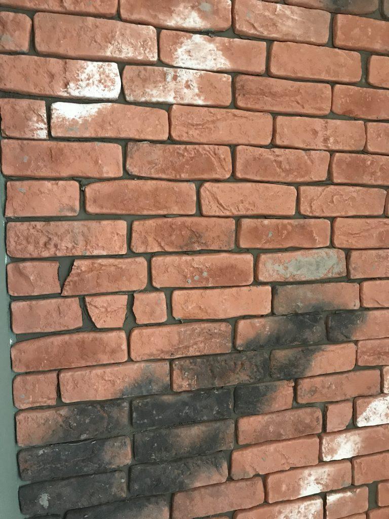 Steenstrip muurtje met foutjes en kleuren om het extra oud te laten lijken