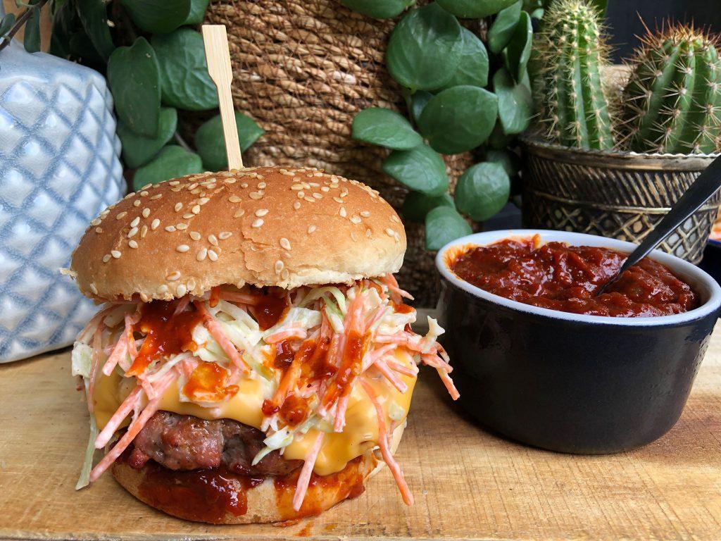 recept Amerikaanse hamburger met bbq saus, coleslaw en cheddar