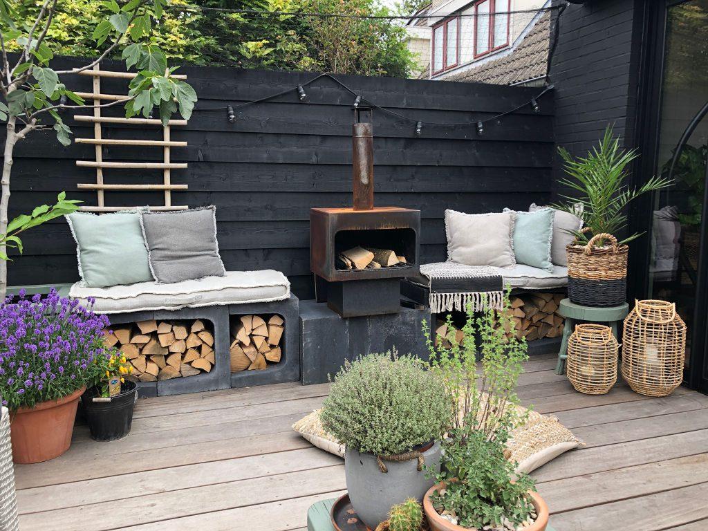 tuin bij Familie BinnensetBuiten met zwarte schutting en u elementen