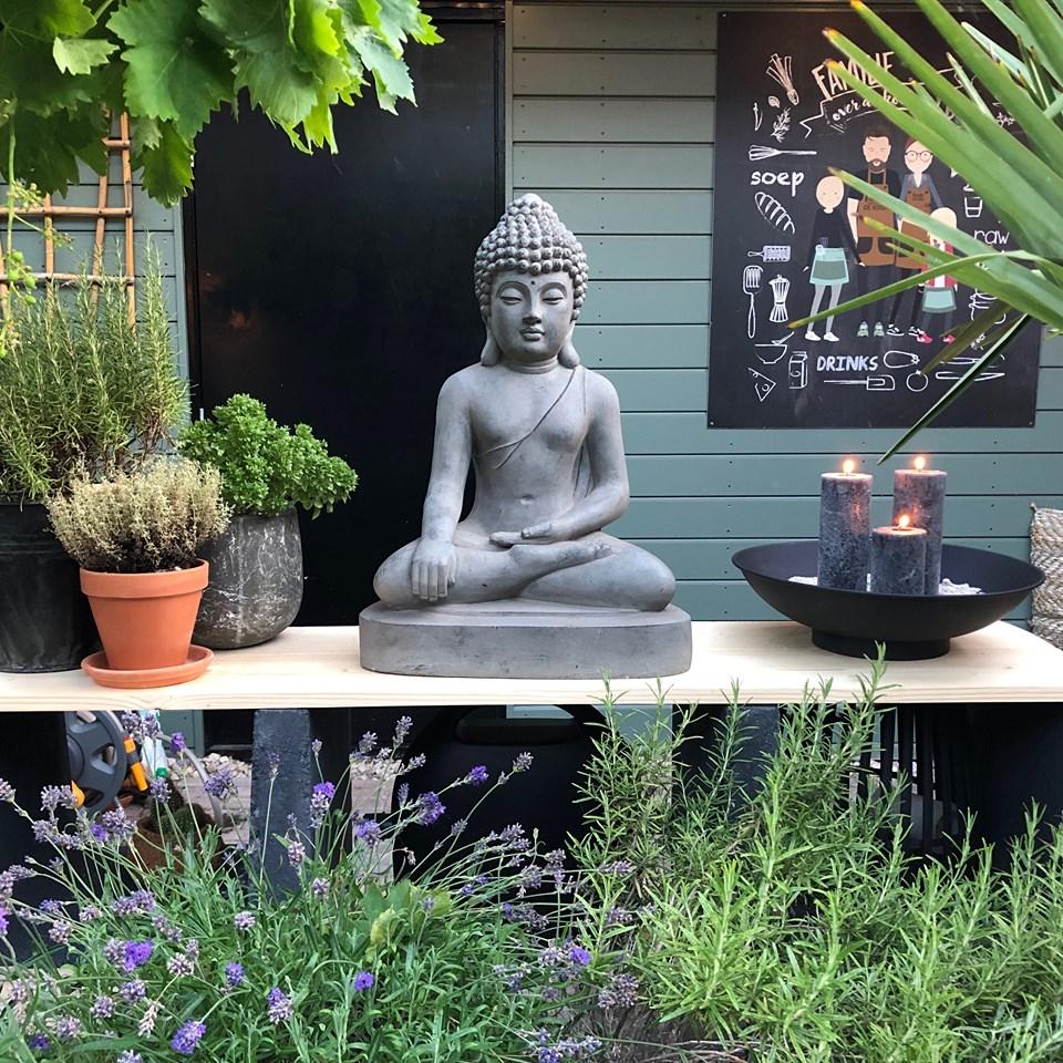 Thuis bij Familie BinnensteBuiten: nieuw boedhha beeld in de tuin